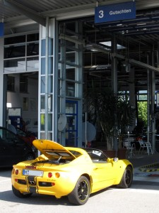 Lotus Elise beim TÜV für ein Gutachten