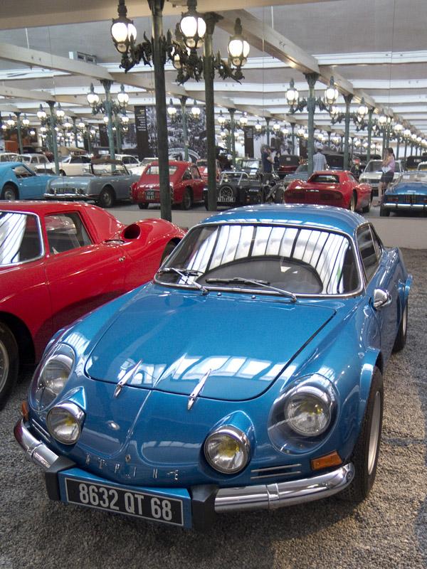 Alpine A110 (Ja, das im Spiegelbild ist ein Lotus Seven.)